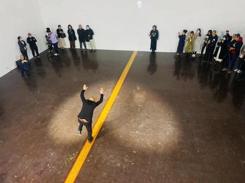11-艺术家廖邦铭现场行为表演-走金线