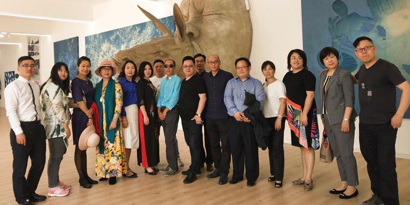严颉老师在圣商IC俱乐部感召到部分企业家走进有名的当代艺术家张大力老师的工作室